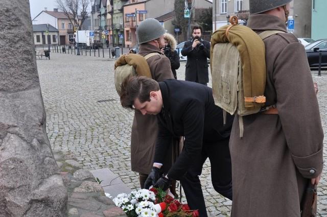 Wojewoda Tobiasz Bocheński składa kwiaty pod pomnikiem na Nowym Rynku