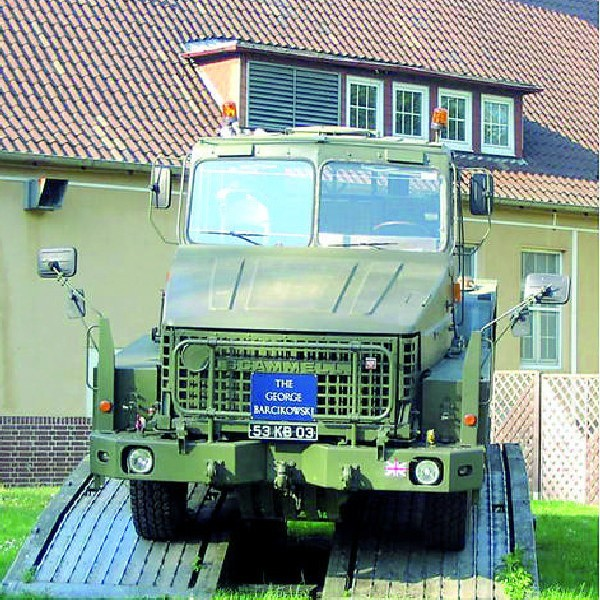 Jeden z zabytkowych już dziś pojazdów wojskowych został ustawiony na podwyższeniu i dedykowany głównemu intendentowi.