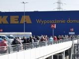IKEA w Katowicach otwarta. Pierwsi klienci czekali w kolejce przed drzwiami. W czasie koronawirusa do środka może wejść 1300 osób