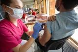 Astra Zeneka dla pracowników, a dalej się zobaczy. Rozpoczęły się szczepienia na Uniwersytecie Wrocławskim