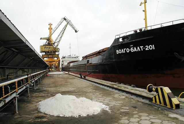 Nowa spółka ma bezpośredni dostęp do morskich szlaków komunikacyjnych oraz specjalistycznego zaplecza portowego. W skład portu wchodzą trzy nabrzeża (barkowe, pełnomorskie i specjalistyczne nabrzeże do przeładunku chemikaliów). Użytkowany był dotychczas jako terminal obsługujący dostawy i wysyłki towarów masowych takich jak: fosforyty, apatyty, ruda ilmenitowa, sól potasowa, nawozy, amoniak i kwas siarkowy. Pod względem ilości przeładowywanych towarów zespół portowy POLICE jest czwarty w Polsce, po zespołach w Gdańsku, Gdyni i Szczecinie-Świnoujściu. Rocznie obsługuje on ok. 800 barek i statków, przeładunki sięgają 2,5 mln ton.