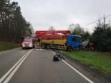Śmiertelny wypadek w Szymbarku! 30.04.2021 r. Zderzenie samochodu osobowego z ciężarowym. Nie żyje 1 osoba. Droga była zablokowana