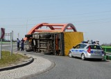 Przewróciła się ciężarówka w makulaturą [zdjęcia]