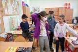 Zalecenia PAN na rok szkolny 2021/22: W szkołach tylko zaszczepiony personel. Niezaszczepione dzieci w szczycie zachorowań uczą się w domach