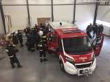 Strażacy z OSP Mrowino odbierają nowy samochód ratowniczo-gaśniczy. Pierwszy w swojej historii