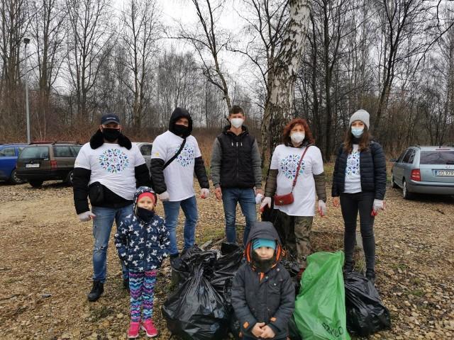 Wielkie sprzątanie terenów wokół Trójkąta Trzech Cesarzy w Sosnowcu można uznać za sukces. Chętnych do pomocy nie brakowało. Zobacz kolejne zdjęcia. Przesuń zdjęcia w prawo - wciśnij strzałkę lub przycisk NASTĘPNE