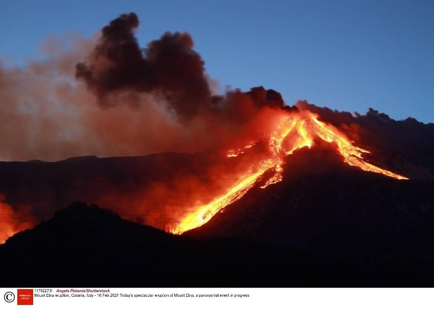 Wybuch wulkanu Etna. Z krateru buchnęły chmury gęstego dymu, popłynęły strumienie lawy [ZDJĘCIA] [VIDEO]