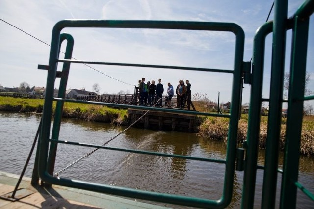 Idąca od Waniewa młodzież z Technikum Leśnego w Białowieży  przekonała się, że pływający ponton przyciąga się bez wysiłku