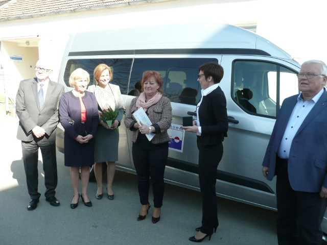 """9-osobowy bus, który otrzymała """"Wspólna Droga"""", dostosowany jest do przewożenia osób na wózkach inwalidzkich"""