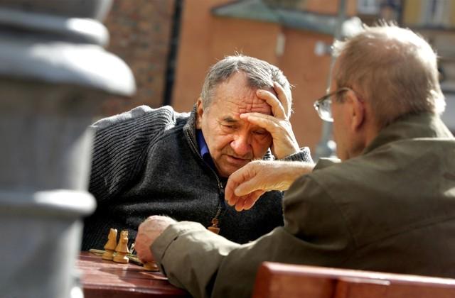 """Polski Ład ma objąć emerytury bez podatku, co przełoży się na wyższe świadczenia z ZUS dla seniorów. Czy aby na pewno emeryci na tym skorzystają? Z drugiej strony wypłaty 14. emerytury mają zostać wstrzymane, natomiast 13. emerytura może być mniejsza niż wcześniej zakładano. Przez wyższy podatek wielu seniorów otrzyma bowiem niższe """"trzynastki"""".Czytaj dalej. Przesuwaj zdjęcia w prawo - naciśnij strzałkę lub przycisk NASTĘPNECZYTAJ TAKŻE: 2000 plus zamiast 1000 plus na dziecko? Kapitał opiekuńczy jeszcze wyższyDodatkowe 400 zł dla seniora i emerytura bez podatku? To już pewne!"""