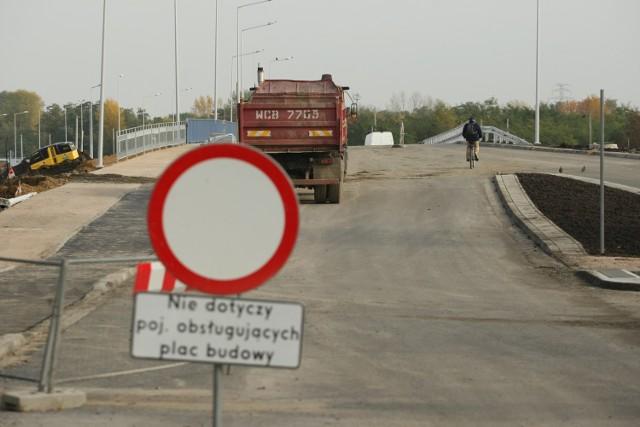 Nowy most łączy ul. Racławicką i Aleję Piastów.