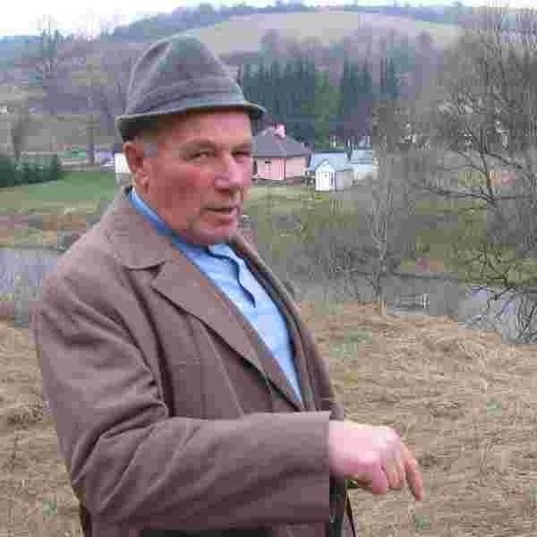 - W tym miejscu rozstrzelano około 80 Żydów z miejscowego tartaku - mówi Franciszek Konopelski.
