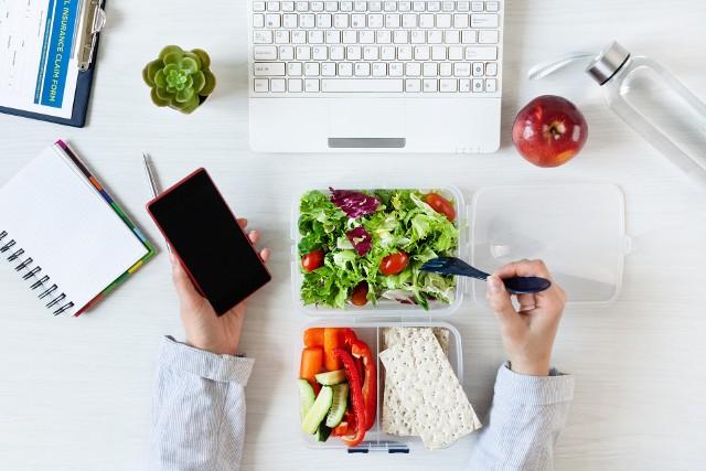 Zdrowe przekąski można podjadać z czystym sumieniem. Przygotowane propozycje na małe słodkie co nieco i wytrawne zakąski zaspokoją głód pomiędzy głównymi posiłkami, a przy tym zapewnią wartościowe składniki mineralne, ważne dla intensywnie pracującego mózgu. Sprawdź top 10 przepisów na pyszne fit snacki! Zobacz kolejne slajdy, przesuwając zdjęcia w prawo, naciśnij strzałkę lub przycisk NASTĘPNE.