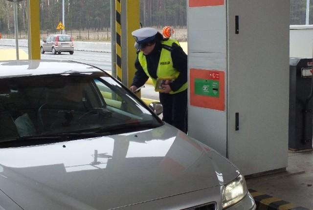 """Zatrzymują kierowców, zajeżdżając im drogę, gdy się im to udaje, proszą o pieniądze na paliwo oferując w zamian biżuterię, która okazuje się bezwartościowym kawałkiem metalu. Opolscy policjanci regularnie patrolują autostradę A4, zwalczając tego typu zachowania. Podczas akcji """"Znicz 2015"""" funkcjonariusze wspólnie z Generalną Dyrekcją Dróg Krajowych i Autostrad, rozdawali wjeżdżającym na autostradę ulotki informacyjne i przestrzegali przed oszustami. Pamiętajmy też, że widząc taką sytuację na drodze zachowajmy szczególną ostrożność i natychmiast dzwońmy na numer alarmowy 112 lub 997, informując policjantów o całej sytuacji."""