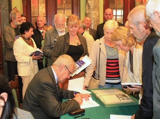 Dokonania kieleckiego zakładu Chemar w książceTadeusz Jóźwik po spotkaniu bardzo długo podpisywał egzemplarze swojej książki.