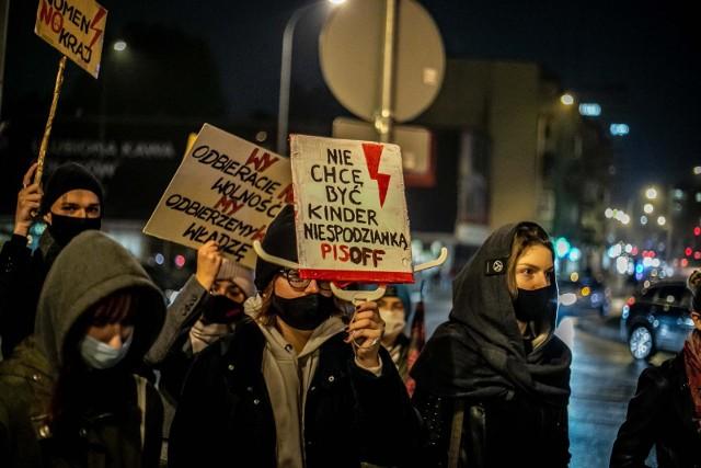 Protesty przeciwko zaostrzeniu prawa aborcyjnego trwają od jesieni. Iskrą dla nowej fali strajków było opublikowanie w dzienniku ustaw wyroku TK