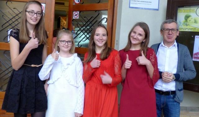 Śpiewająca drużyna z Opatowca (od lewej): Nikola Wróbel, Natalia Wróbel, Nikola Kozioł, Emilia Kozioł i opiekun Wiesław Tomal - wracali z buskiego turnieju do domów w znakomitych nastrojach.