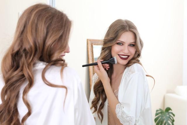 Jaki makijaż postarza? Zobacz, jakie są najczęściej popełniane błędy, które sprawiają, że makijaż dodaje lat i odbiera urodę.