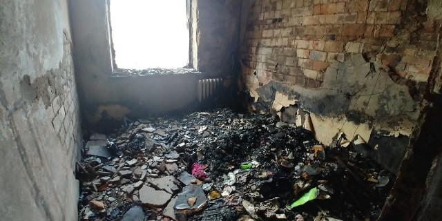 Wnętrze mieszkania, w którym wybuchł pożar zostało całkowicie wypalone