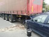 Wypadek w Połczynie-Zdroju. Auto wbiło się w naczepę pojazdu ciężarowego [ZDJĘCIA]