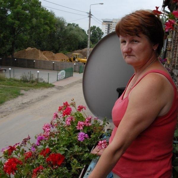 Balkon mieszkanie Beaty Polińskiej i jej rodziny wychodzi prosto na przesypywalnię piasku: - Dom nam się trzęsie od tych tirów - skarży się pani Polińska, mieszkanka ul. Młynowej.