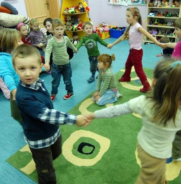 Do niedawna wiele dzieci spędzało czas głównie z rodzicami. Teraz cieszą się z możliwości zabawy z rówieśnikami.