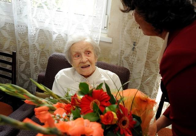 Na zdjęciu jubilatka z Marią Świerczek, prezes szczecińskiego oddziału Związku Nauczycielstwa Polskiego.
