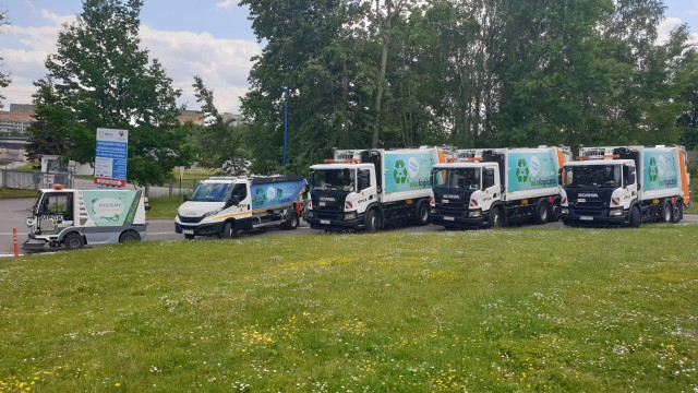 Katowicki MPGK kupił cztery eko śmieciarki na gaz. Na zdjęciu widać również elektryczną zamiatarkę zakupioną w ubiegłym roku