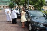 Święcenie pojazdów przed łódzką katedrą. W kolejce 50 samochodów i osoby na wózkach inwalidzkich ZDJĘCIA