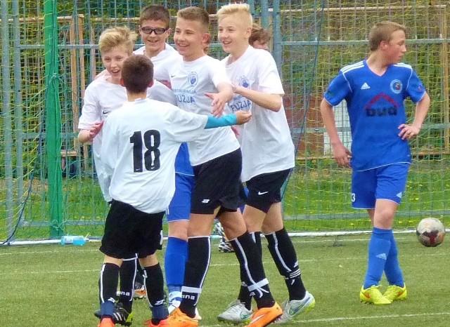 Trampkarze młodsi Bałtyku Koszalin podczas jednego z ligowych meczów.
