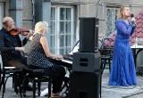 """Koncert """"Życie jest miłością"""" w ogrodzie biblioteki miejskiej w Grudziądzu  [zdjęcia]"""