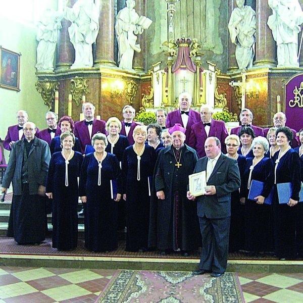 Przed obrazem Matki Bożej Różanostockiej wystąpili między innymi sokólscy chórzyści.