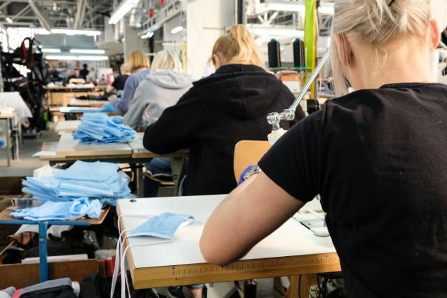 Gdyńskie firmy wspierają Szpitale Pomorskie: szyją maseczki, robią przyłbice z plastiku.