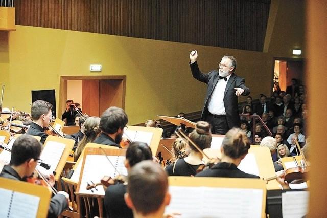 Hubert Prochota dyryguje orkiestrą złożona z polskich i niemieckich uczniów. Publiczności przybyło tak dużo, że trzeba było dostawić krzesła na korytarzu sali koncertowej, otwierając drzwi.