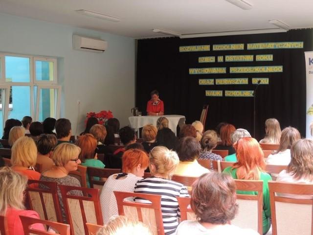 Spotkanie miało miejsce w Przedszkolu Samorządowym w Zakrzewie, a gościem honorowym była Ewa Zielińska, współautorka programów edukacyjnych, publikacji dla nauczycieli i rodziców.