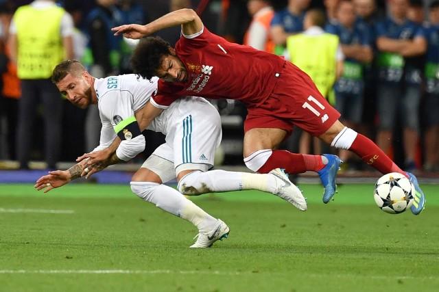 Mohamed Salah (Liverpool) tym razem nie musi się obawiać fauli Sergio Ramosa (Real Madryt). Tak Egipcjanin został wyeliminowany z dalszej gry w finale LM w Kijowie