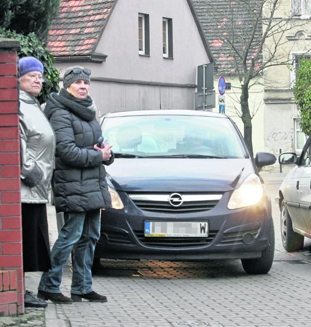 Teresa Kurzewa i Halina Klaus mieszkają na ulicy Zielnej od wielu lat. Zawsze był tam spokój. Teraz boją się wychodzić z domów, bo mogą wpaść pod auto. Na szczęście w magistracie zauważyli problem