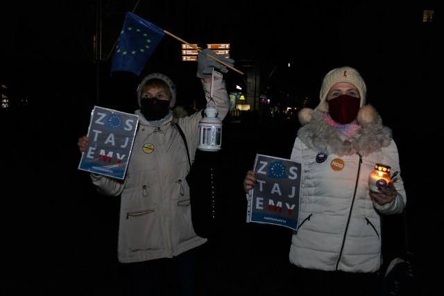 Polska bez funduszy unijnych nie przetrwa - mówią zgodnie mieszkańcy, którzy w grypie około 10 osób protestowali przeciwko poczynaniom rządu.