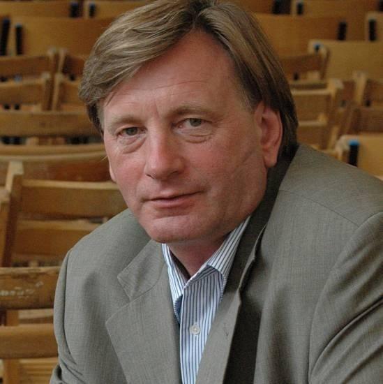 JAN TOMASZEWICZUrodził się w 1956 r. w podwileńskich Wiktoryszkach. Jest absolwentem Studium Wokalnego im. Danuty Baduszkowej, studiów menedżerskich, dziennikarstwa. Karierę zawodową zaczął w Teatrze Muzycznym w Gdynie, potem był Teatr Polski w Bydgoszczy i warszawska Syrena. Przez pięć lat był dyrektorem organizacyjnym teatru w Zielonej Górze. Od 2002 r. kieruje Teatrem Osterwy. Gdy ma czas, lubi słuchać muzyki.