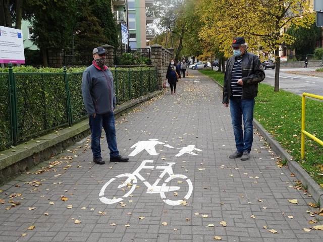 Michał Grabowski i Kazimierz Wiśniewski są wśród tych, którzy uważają, że oznakowanie ścieżki rowerowej w Chełmnie jest okropne. I że nie powinna prowadzić takim szlakiem jak wiedzie