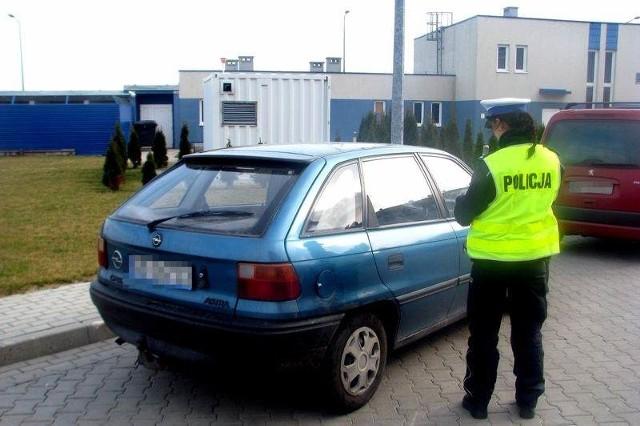 Śledczy zabezpieczyli ich samochód oraz 700 złotych w gotówce na poczet przyszłych kar.