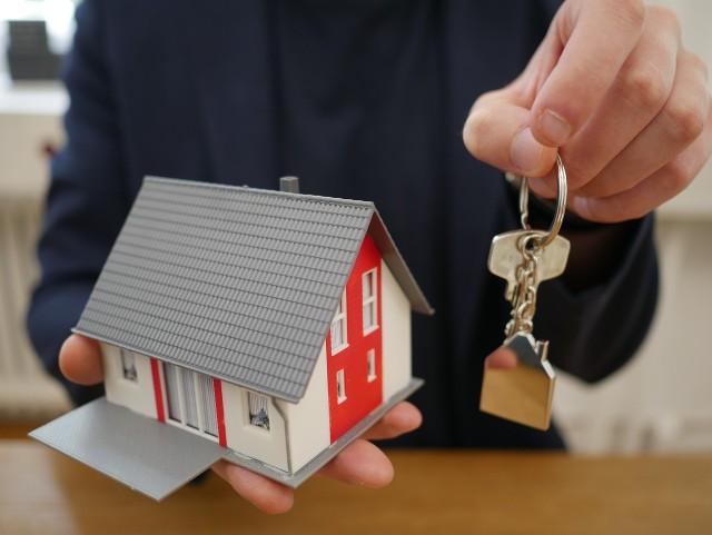 Szukasz domu w okazyjnej cenie? Pomysłem może być licytacja komornicza. Prezentujemy licytacje, które odbędą się w najbliższym czasie w Świętokrzyskiem. Więcej informacji znajdziesz na kolejnych slajdach >>>