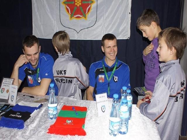 Zainteresowanie najmłodszych kibiców wzbudziła obecność na turnieju Andrzeja Witana (po lewej) i Michała Ilków-Gołąba z Zawiszy Bydgoszcz.