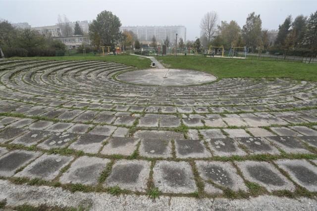 Zabrakło pieniędzy na remont amfiteatru na os. Widok. Do tej pory nie jest on skończony.