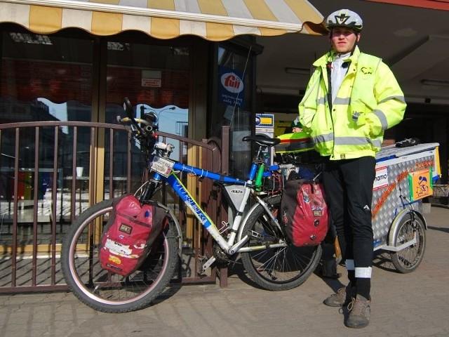 Maciej ma pół przyczepki odblasków, które rozdaje pieszym i rowerzystom w całej Polsce