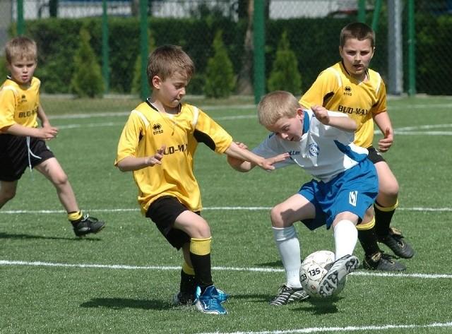 """Korzystanie z """"Orlika"""" zainicjował turniej piłkarski młodzików o puchar burmistrz miasta Jasła."""