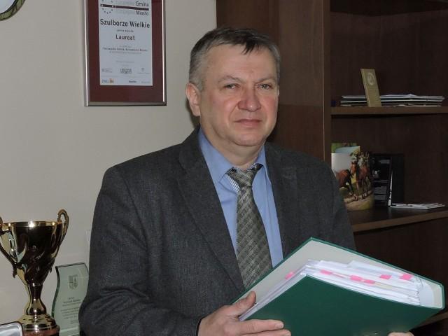 Wójt Krzysztof Michalec z coraz grubszym segregatorem z pismami w sprawie ośrodka