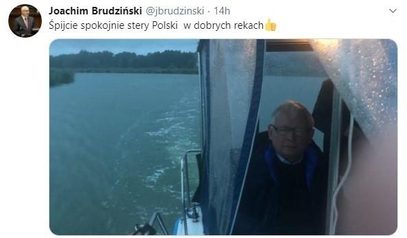 """Jarosław Kaczyński ma wakacje, ale """"stery Polski są w dobrych rękach"""". Zobacz memy internautów."""
