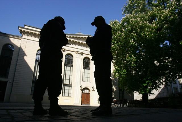 Strażnik miejski dostaje 2100 zł brutto miesięcznie plus premie