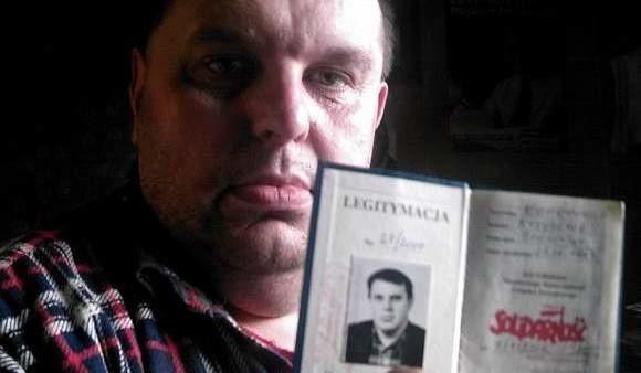 """Krzysztof Kononowicz pokazuje swoją legitymację """"Solidarności""""."""